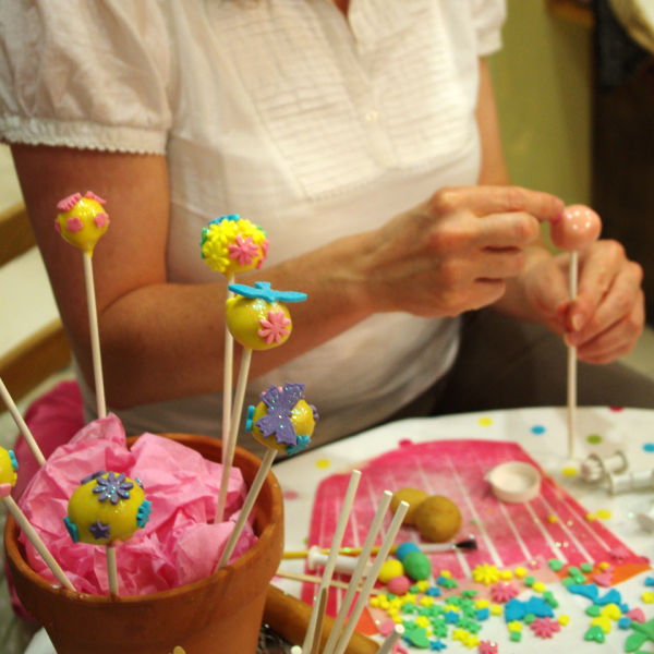Cake Making Classes Lanarkshire : Cake Pop Making Class for One IWOOT