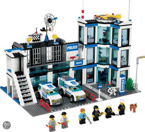 LEGO City Police Station (7498) Toys | Zavvi