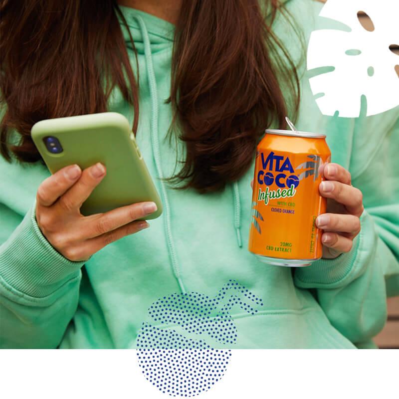 femmes avec téléphone portable regarder nos produits