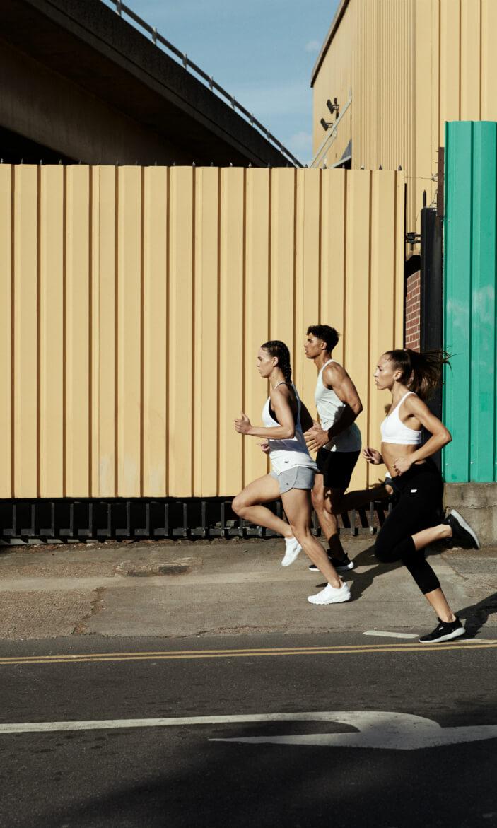 Mand og kvinder der løber