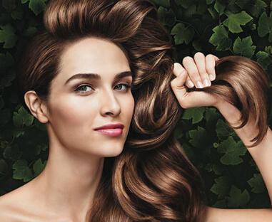 kvinna håller i sitt hår